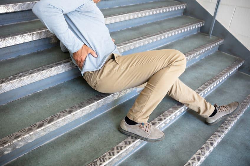 גבר נופל במדרגות ותובע את חברת הביטוח
